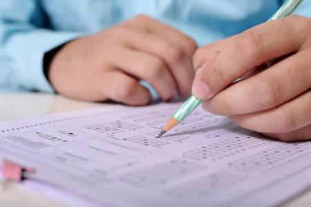 Mann schreibt eine Prüfung