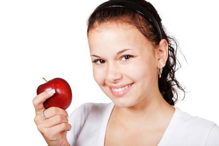 Ernährungsberaterin mit rotem Apfel