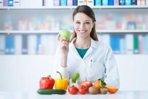Diätassistent bei der Arbeit mit frischem Obst und Gemüse