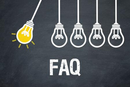 """Fünf Glühbirnen wovon eine leuchtet mit Schriftzug """"FAQ"""""""
