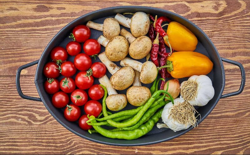 Verschiedenes Gemüse in einer Auflaufform