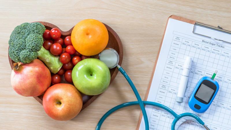 Frisches Obst und Gemüse mit Stethoskop