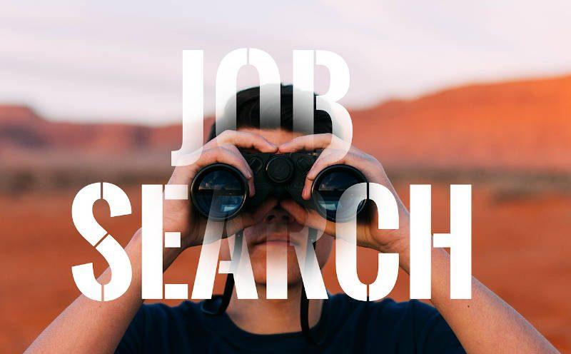 """Schrifzug """"Job Search"""" und ein Mann der durch ein Fernglas schaut"""