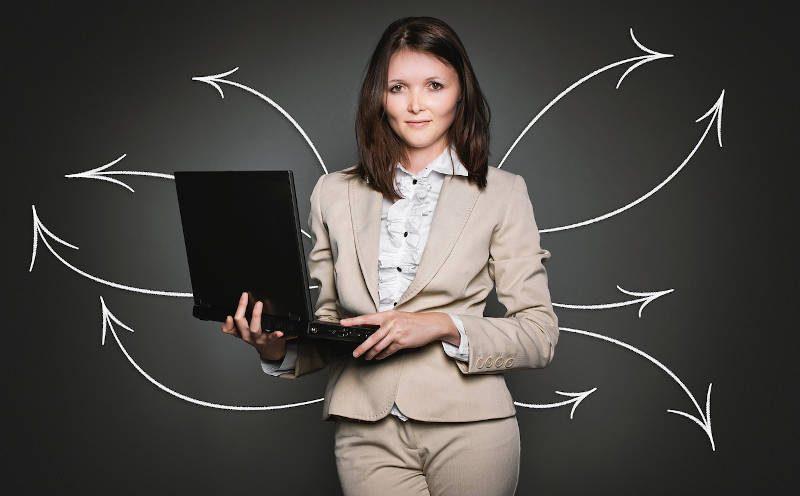 Junge Frau mit Laptop in der Hand
