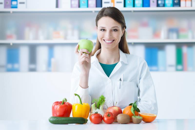 Diätassistent mit verschiedenem Obst und Gemüse
