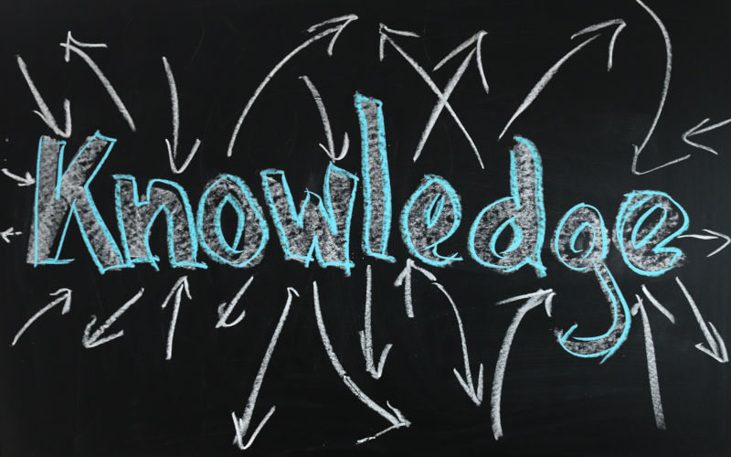 Knowledge Schriftzug auf dunkler Tafel