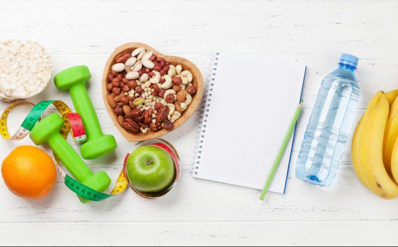 Gesunde Lebensmittel und eine Hantel
