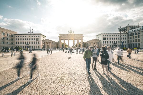 Berliner Tor mit einigen Menschen