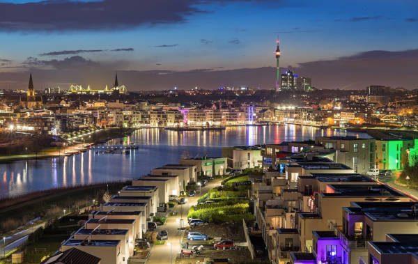 Die Stadt Dortmund beleuchtet bei Nacht