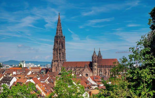 Stadt Freiburg bei Sonnenschein