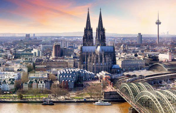 Blick auf den Rhein und die Stadt Köln mit Kölner Dom
