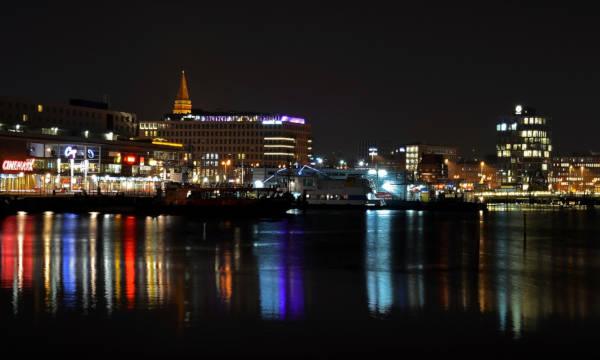 Die Stadt Kiel bei Nacht