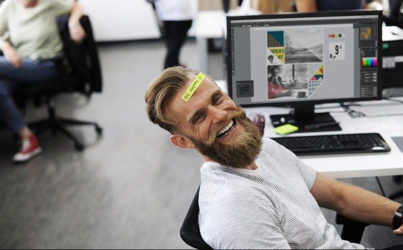 """Ernährungsberater mit Zettel auf dem Kopf """"be happy"""""""