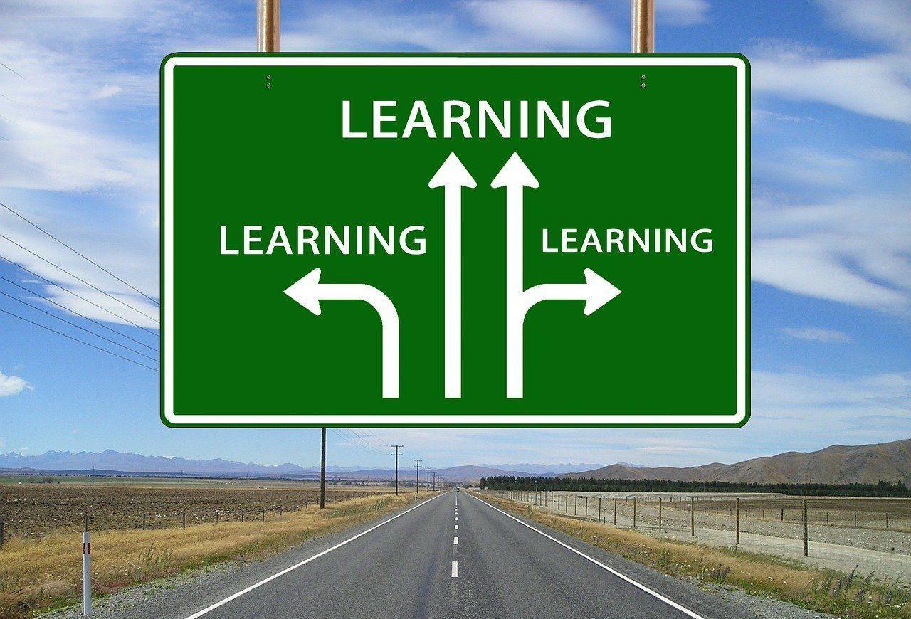 """Straßenschild mit Schriftzug """"Learning"""" und Pfeilen in verschiedene Richtungen"""